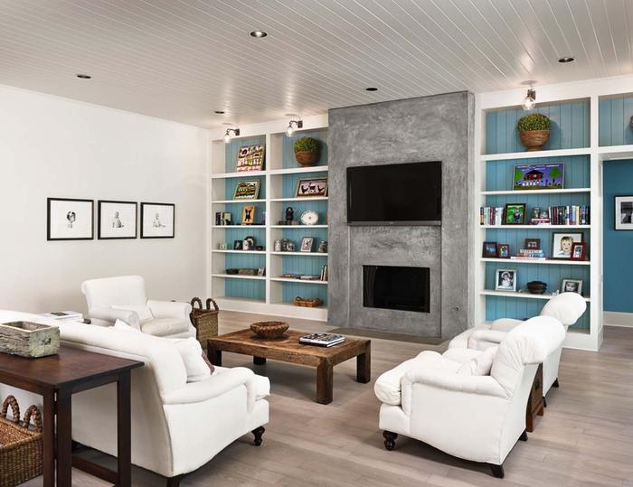 Wohnzimmer im Landhausstil, Leder- und Holzmöbel, Rahmen und Blumentöpfe auf den Regalen