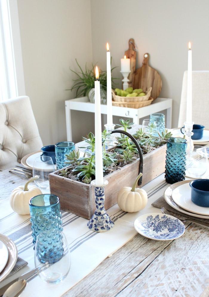 Dekoration im Landhausstil, Porzellan Teller und Kerzenhalter, kleine Kürbisse