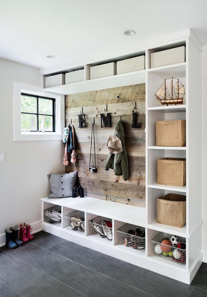 im Landhausstil einrichten, Kleiderhaken, Kinderkleider, -Schuhe und Spielzeuge