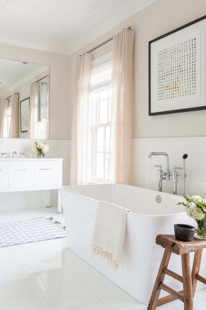 Badezimmer im Landhausstil einrichten, Keramik-Badewanne, Holzschrank, großer Spiegel