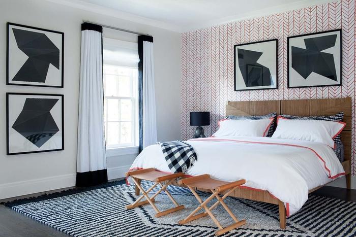 Schlafzimmer im Landhausstil einrichten, Holzbett und -Hocker, gemütliche Atmosphäre