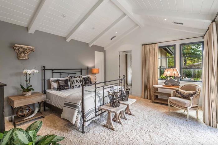 Schlafzimmer im Landhausstil, natürliche Materialien und Stoffe, zarte Pastelltöne