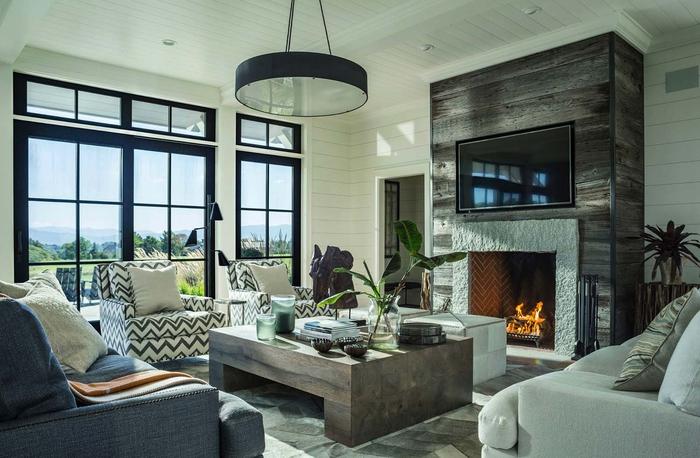 Wohnzimmer im Landhausstil, natürliche Materialien und Stoffe, große Fenster, grüne Pflanzen
