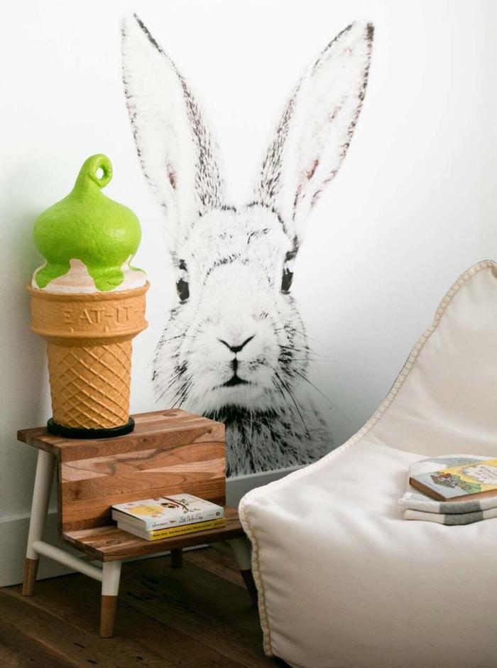 Kinderzimmer im Landhausstil einrichten, Wanddeko-Hase, weißer Sessel, Eiscreme als Deko-Element