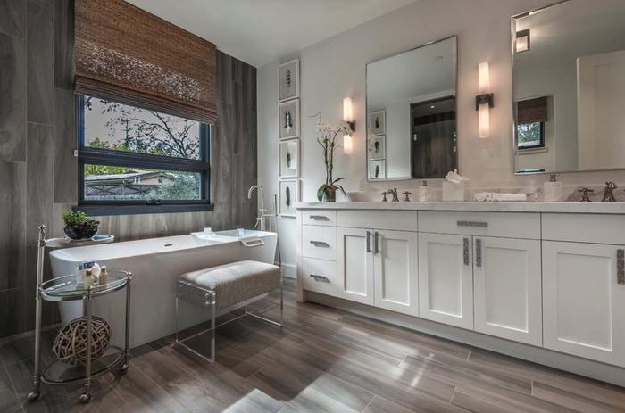 Badezimmer im Landhausstil, Holzmöbel und -Boden, Keramik-Badewanne, große Spiegel