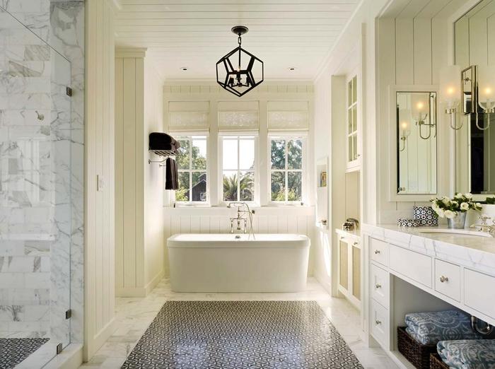 Badezimmer in Weiß, Landhausstil-Inspiration, Keramik-Badewanne, verspielter Kronleuchter
