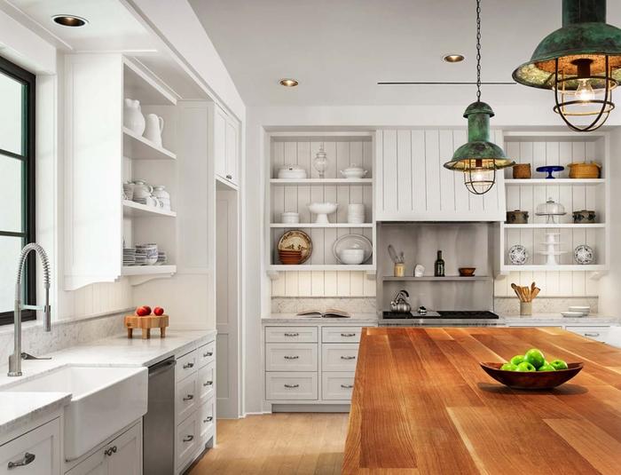 Küche im Landhausstil, Holzmöbel und Vintage-Lampen, Porzellan-Geschirr