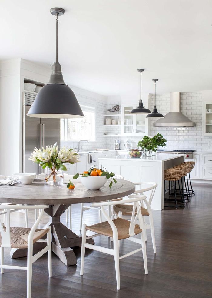 Landhausstil-Inspiration, Holzmöbel, zarte Pastelltöne, Blumen und Früchte