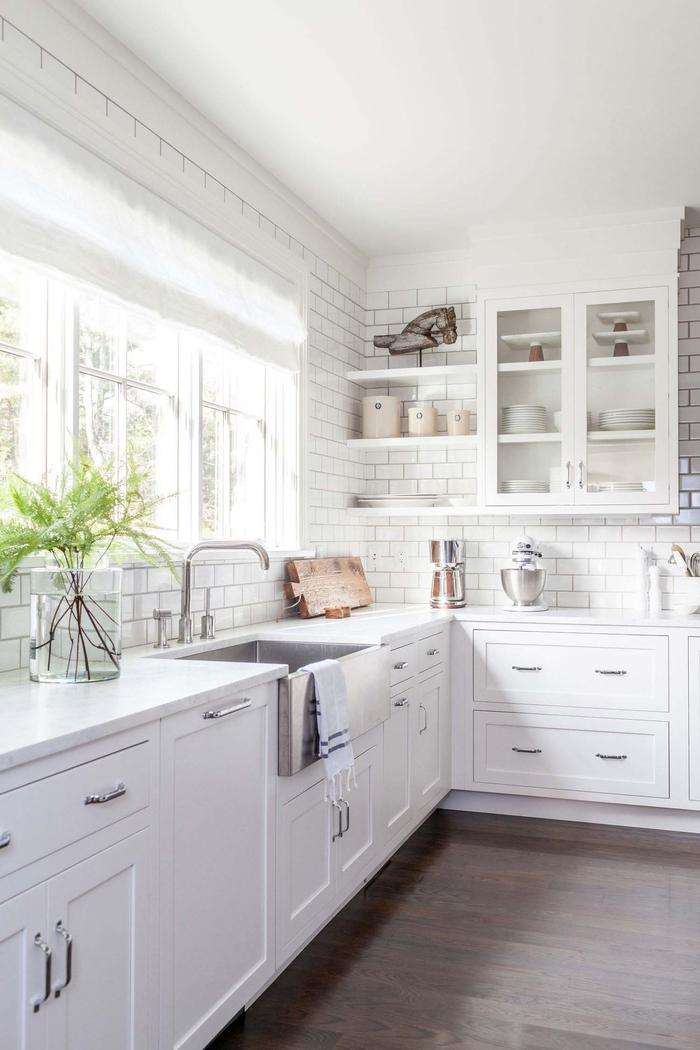 Küche in Weiß, schöne Einrichtungsideen, Holzmöbel und -Boden, weiße Fliesen
