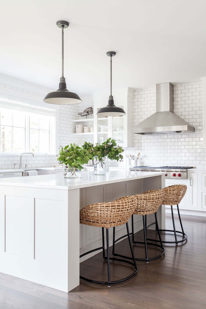 Küche in Landhausstil, Einrichtungsideen, Rattanstühle, weiße Fliesen, dunkles Laminat