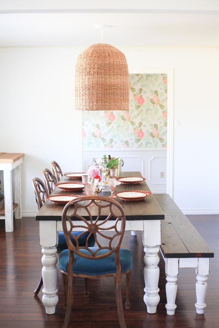 Wohnzimmer im Landhausstil- Einrichtungsideen, Holzmöbel, Rattanlampe, Porzellangeschirr
