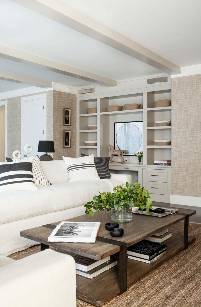 Wohnzimmer in Beige, Landhausstil-Inspiration, weißes Sofa, Dekokissen, Holztisch