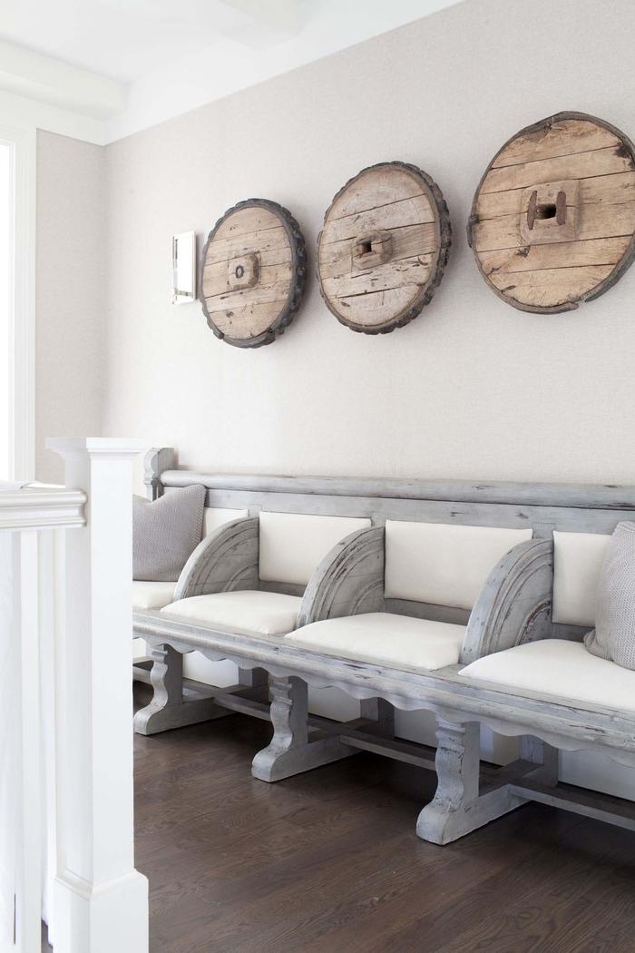 Einrichtung im Landhausstil, Bank mit Altersspuren, Ideen fürs Wohnzimmer, massives Holz