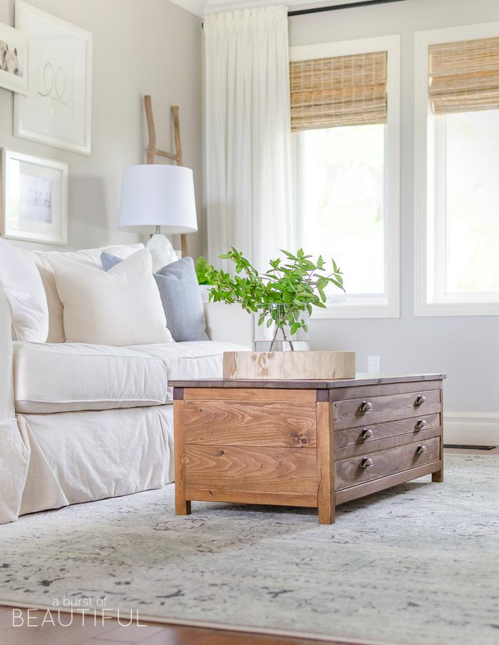 natürliche Stoffe und Materialien zuhause, Wohnzimmer in Pastelltönen, Holzkommode-Tisch