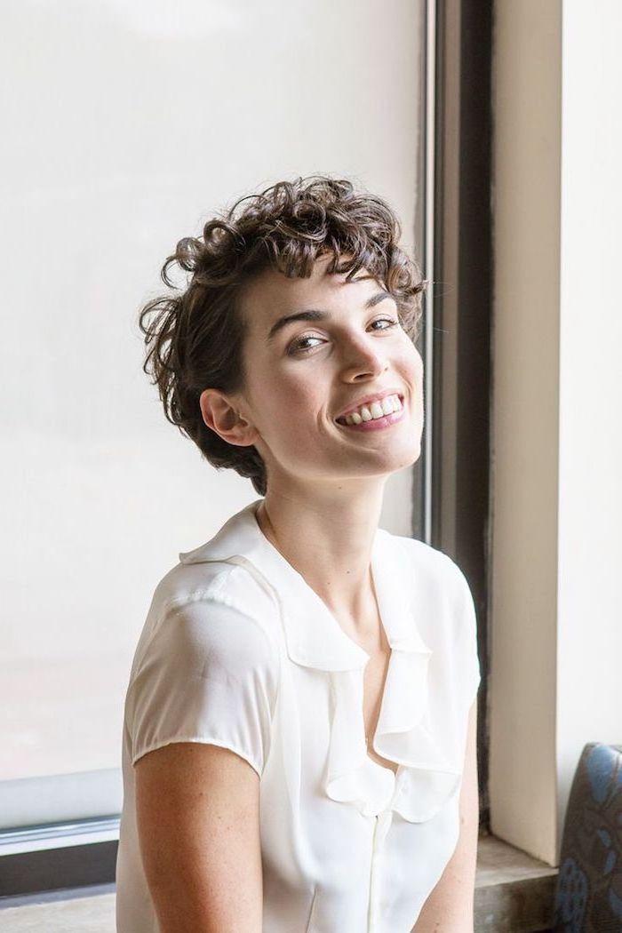 junge Dame mit lockigen Haar und einer weißen Bluse, Kurzhaarfrisur mit Locken