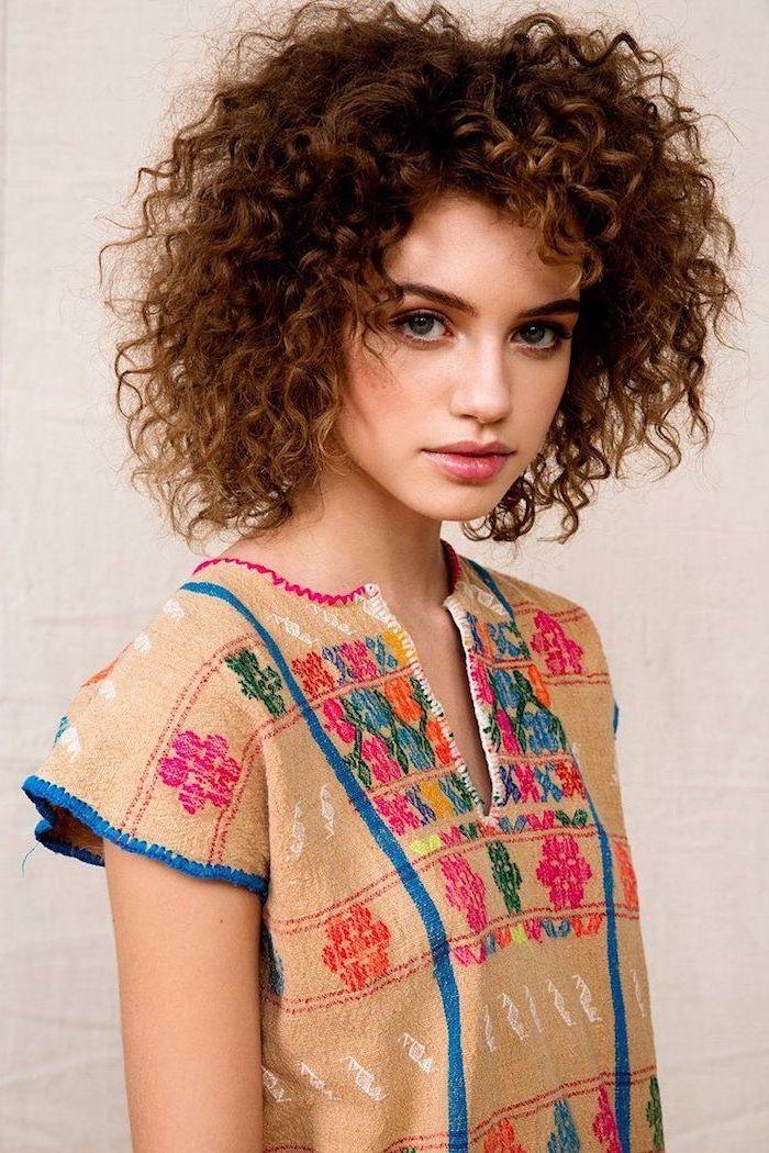 junges niedliches Mädchen mit wilden Haaren, Kurzhaarfrisur mit Locken, ganz lockig