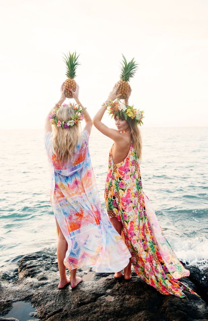 exklusive bademode für damen lange pareos ananas blumenkränze meer