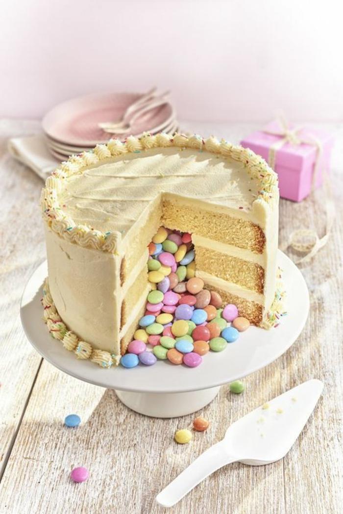 Torte lecker mit Bonbons befüllt aus weißem keramischen Tortenständer