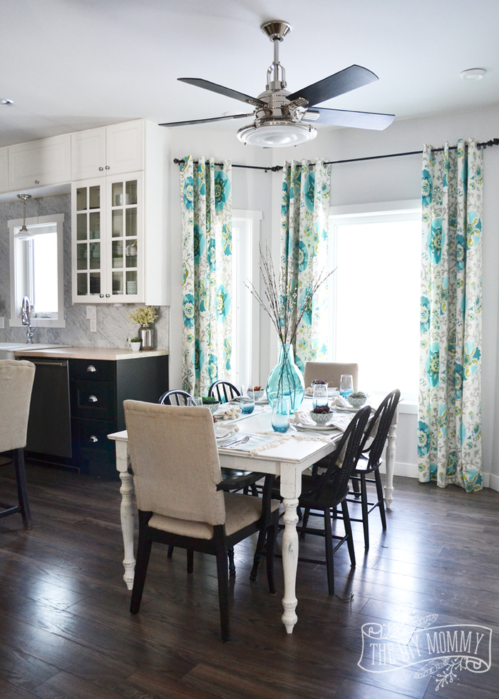 natürliche Materialien und Stoffe im Wohnzimmer sorgen für höchsten Komfort, dunkles Laminat, Vorhänge mit Blumenmuster, Esstisch und Stühle aus Holz