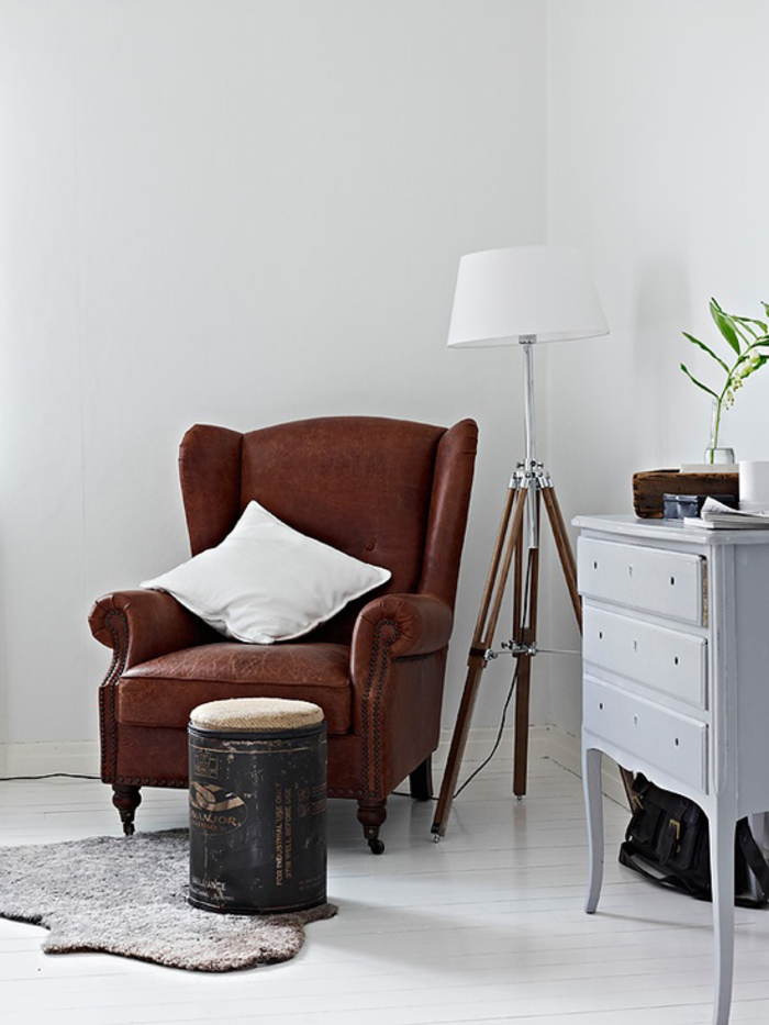 Vintage-Möbel, Wohnzimmer, Einrichtungsideen, braunes Ledersofa mit weißem Deko-Kissen, Stehlampe und Schublade