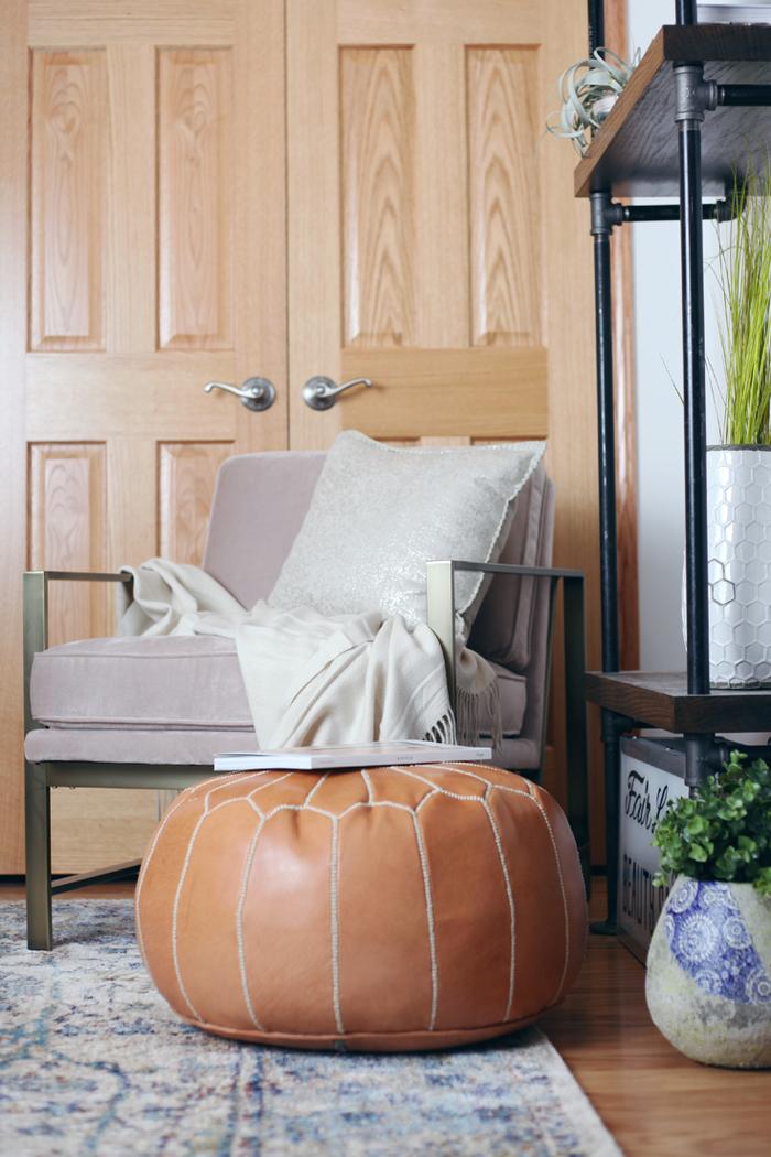 Vintage-Möbel, Lederhocker, bequemer Sessel mit Deko Kissen, Einrichtungsideen fürs Wohnzimmer
