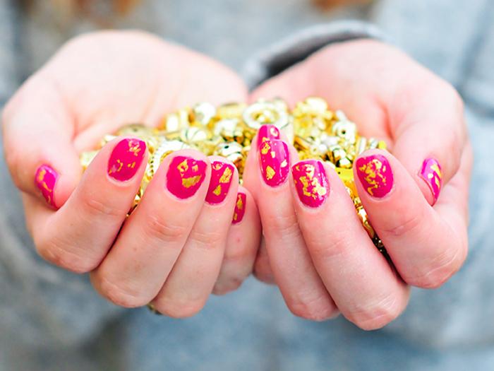 nägel muster, rosa nagellack, maniküre mit blattgold selber machen