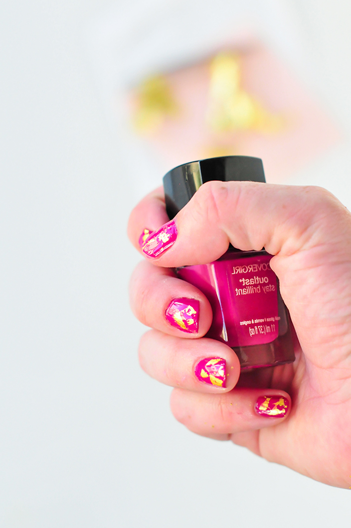 nägel muster, rosa nagellack in kombination mit blattgold-stücke