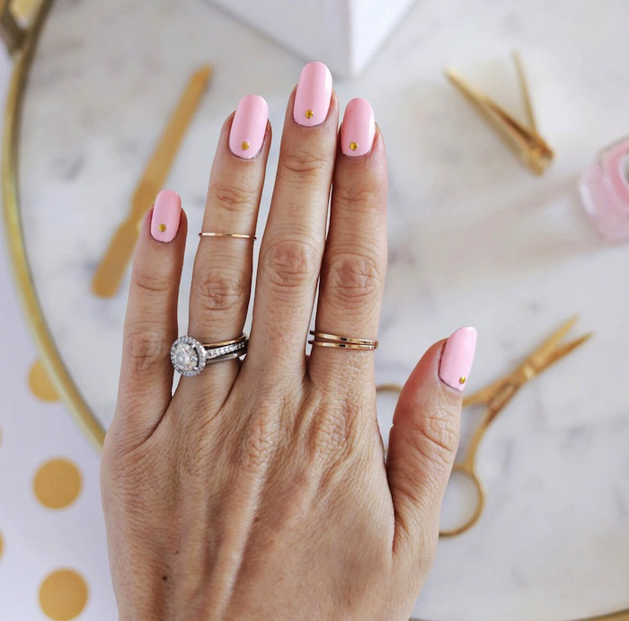 nailart bilder, pastellrosa nagellack mit goldenen strassteinchen, maniküre selber machen