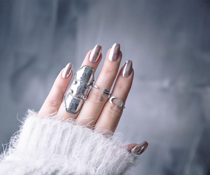 nagelmotive, chrome nägel selber machen, große silberne ringe
