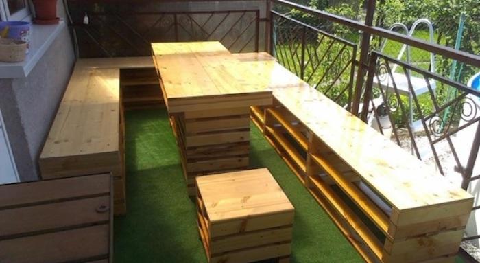werfen sie einen blick auf diese idee für palettenmöbel für den außenbereich - hier sind schöne kocker, banken und ein tisch aus alten paletten für die terrasse