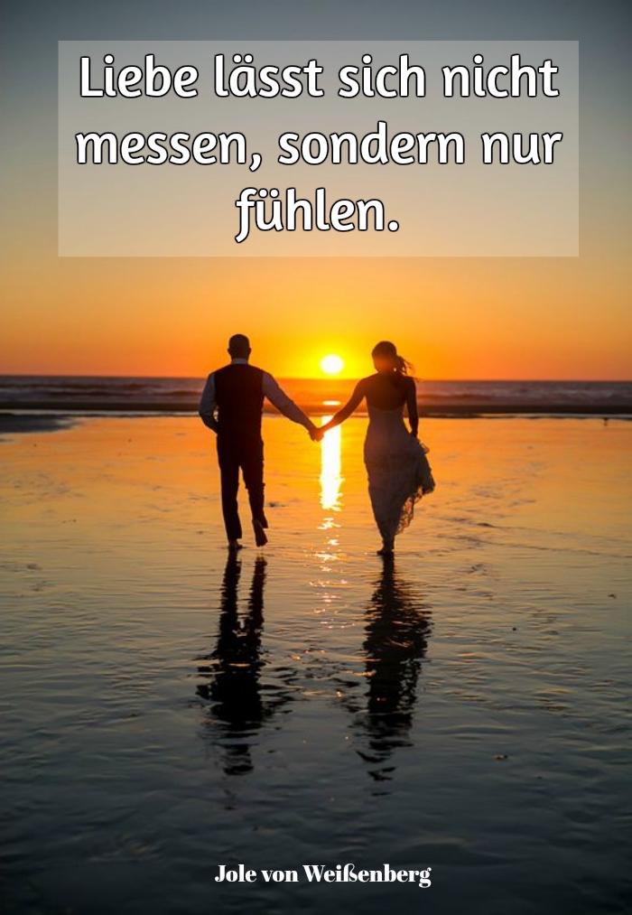 wir empfehlen ihnen einen blick auf dieses bild mit einem tollen süßen leiebesspruch und einem liebespaar am meer zu werfen