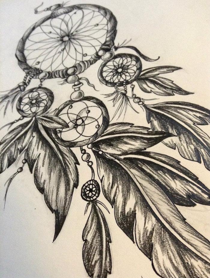 jetzt zeigen wir ihnen eine der besten ideen für einen schwarzen tollen dreamcatcher tattoo mit schwarzen federn