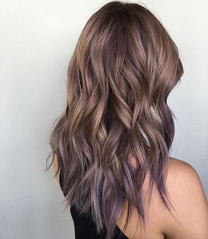 haare ombre mitellange haare in braun mit locken und dezente ombre in lila