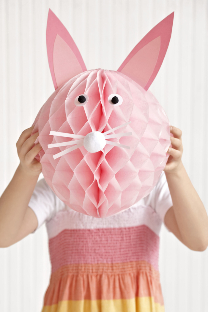 rosaroter Osterhase aus Papier, Deko zum Ostern selber basteln, DIY Ideen für Kinder