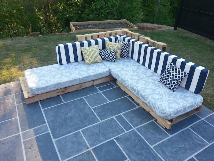 werfen sie einen blick auf diese idee für banken und sofas aus alten oaletten mit schönen blauen kissen - palettenmöbel terrasse