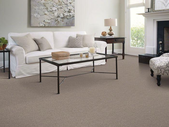 ein weißes Sofa mit grauen Kissen Glas Tisch Zweig mit Blüten auf Bild günstiger Bodenbelag