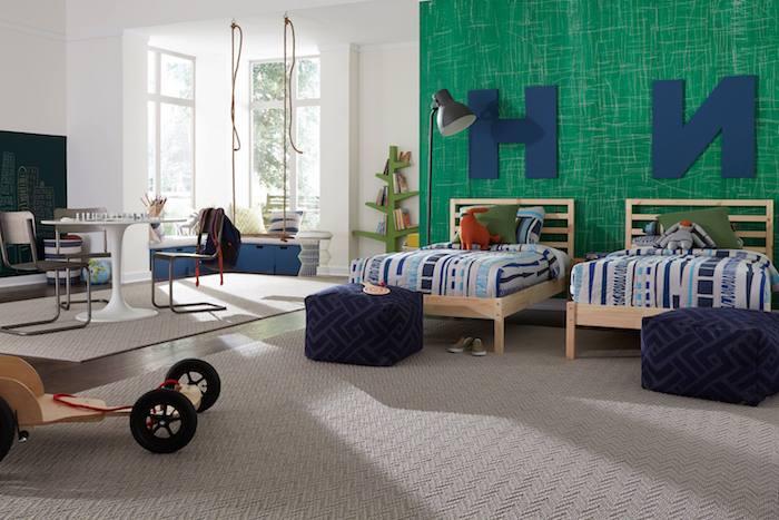 grüne Wand im Kinderzimmer von zwei Brüdern gleiche Bette beiger Teppich günstiger Bodenbelag