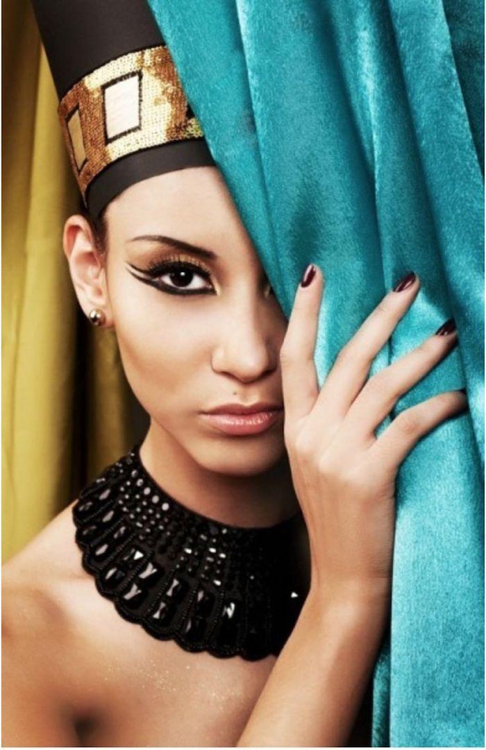 kostym ägypten präzises make up schwarz lidstriche volle lippen kopfschmuck deko