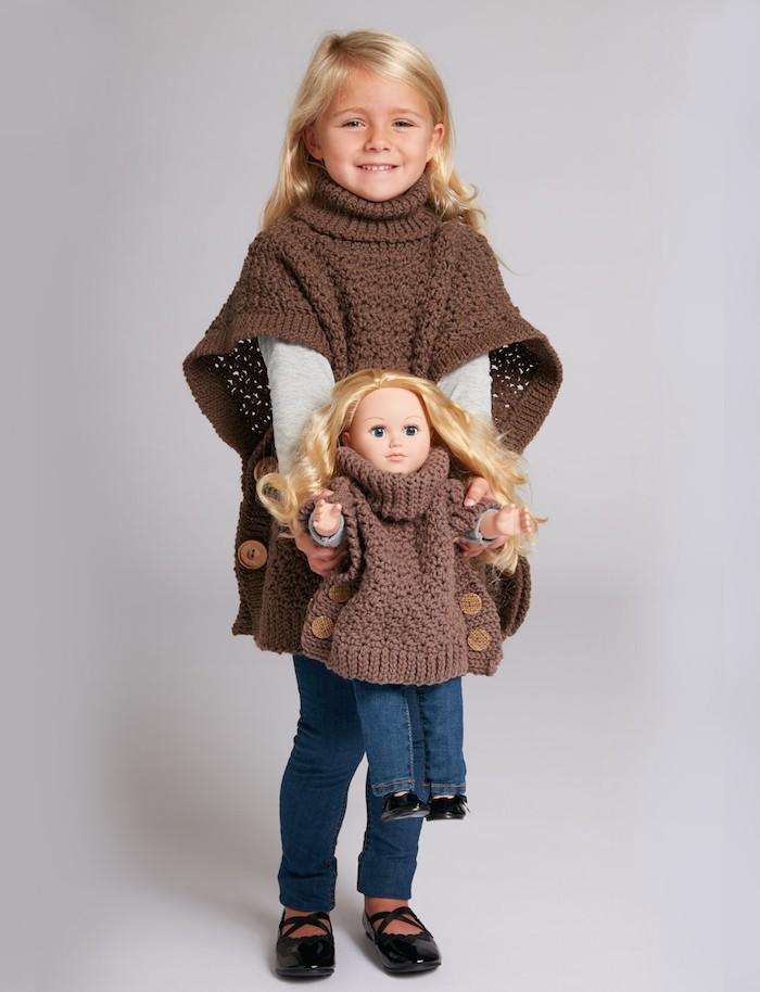 die Puppe ist genauso wie das kleine Mädchen angekleidet - Poncho Damen Strick
