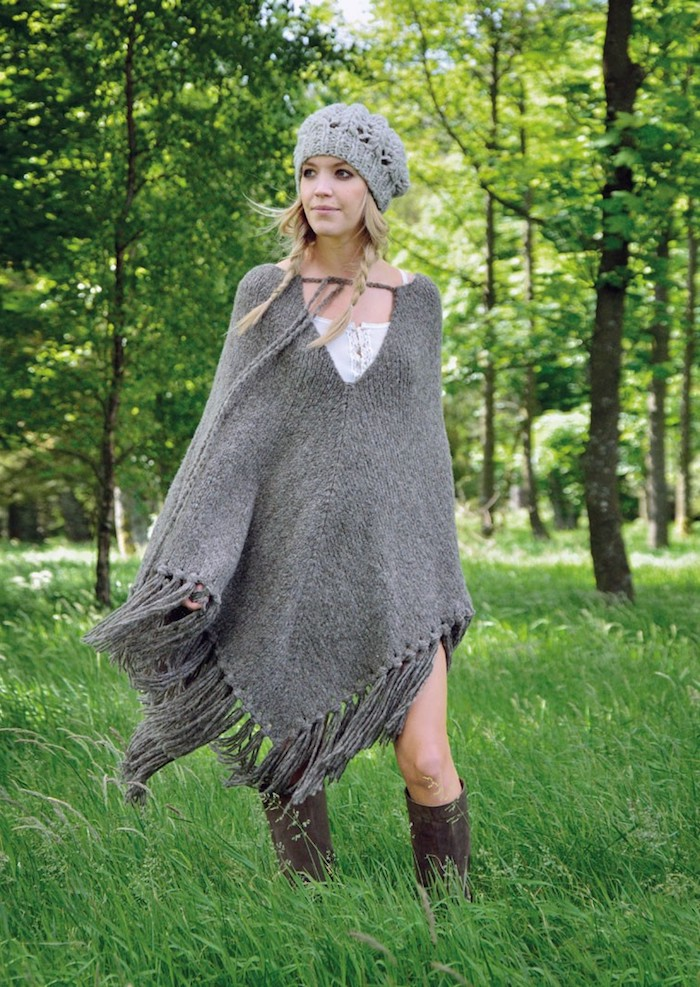 einen langen grauen Poncho häkeln - ein Mädchen in einem Park mit gehäkelten Hut