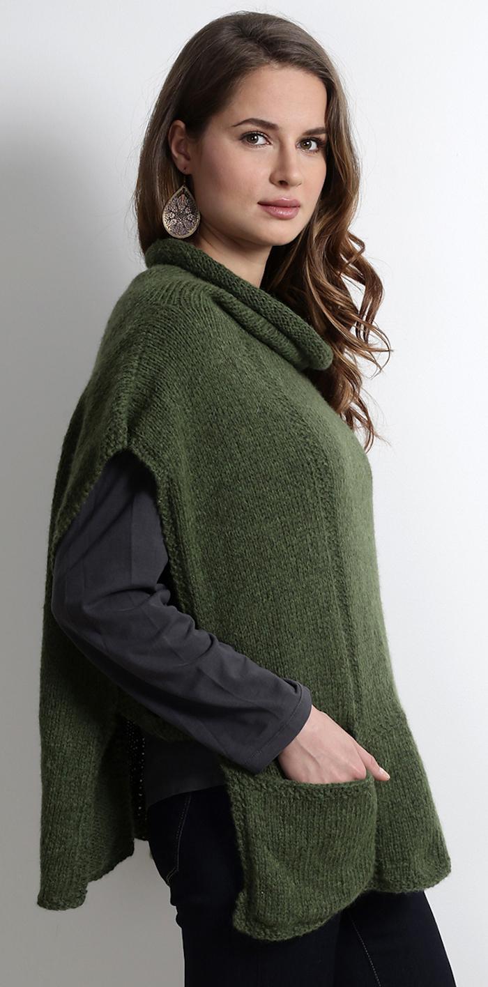 einen grünen Poncho häkeln für den Winter für schönes braunhaarigen Mädchen mit Ohrringen