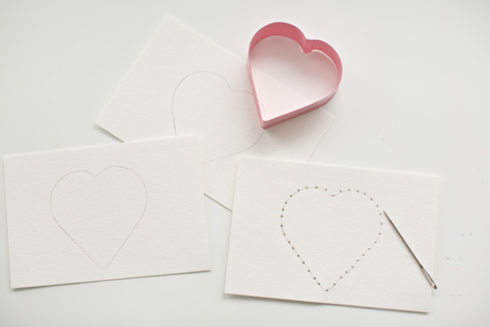 Postkarten selber basteln, Herz zeichnen, Löcher mit Nadel machen, DIY Idee für Kinder