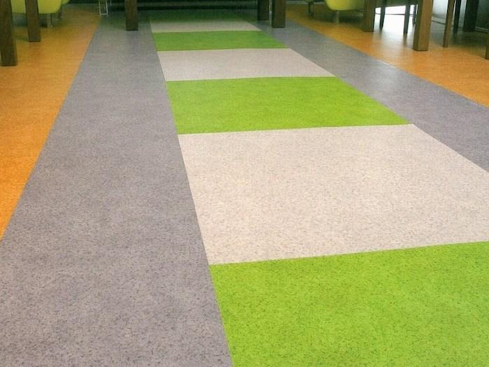 graue, grüne und beige PVC Bodenbeläge in geometrischen Mustern im Flur