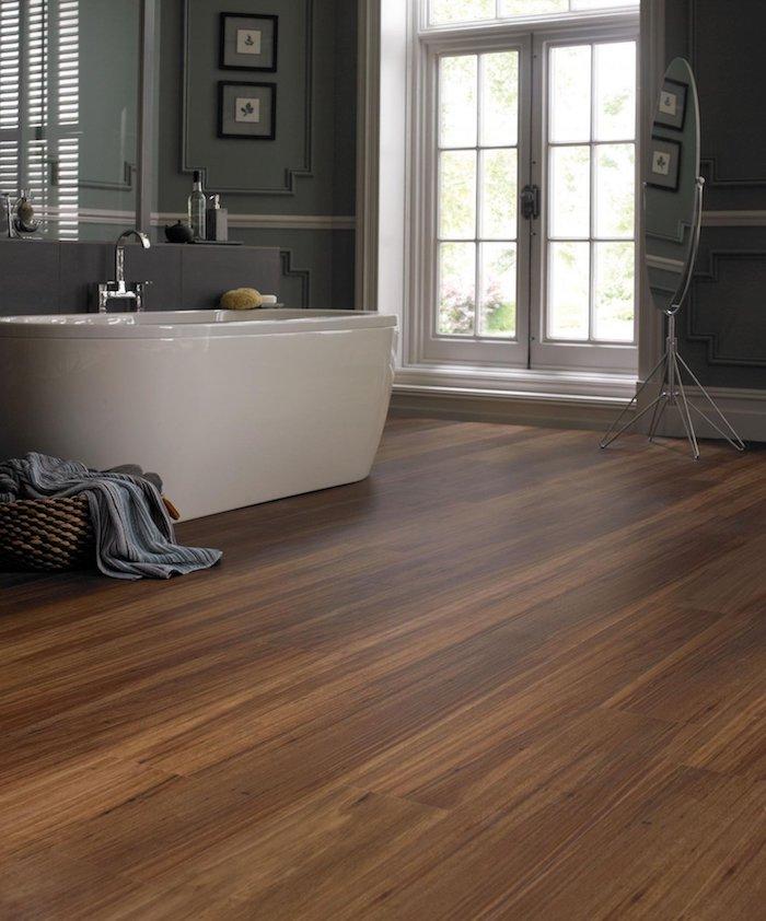 zwei kleine Bilder eine Badewanne und ein Spiegel PVC Boden perfekt für Badezimmer