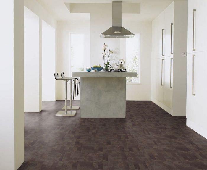 PVC Boden in der Küche eine Kochinsel brauner Bodenbelag weiße Wände viel natürliches Licht