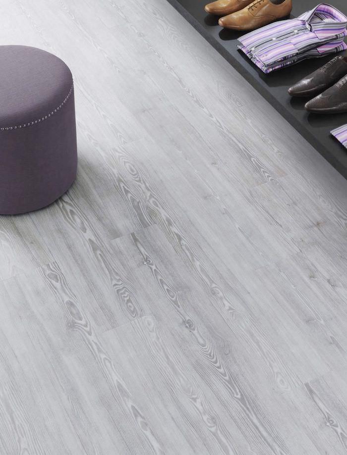 PVC Boden in grauer Farbe, ein lila Hocker ein Schuhregal in schwarzer Farbe