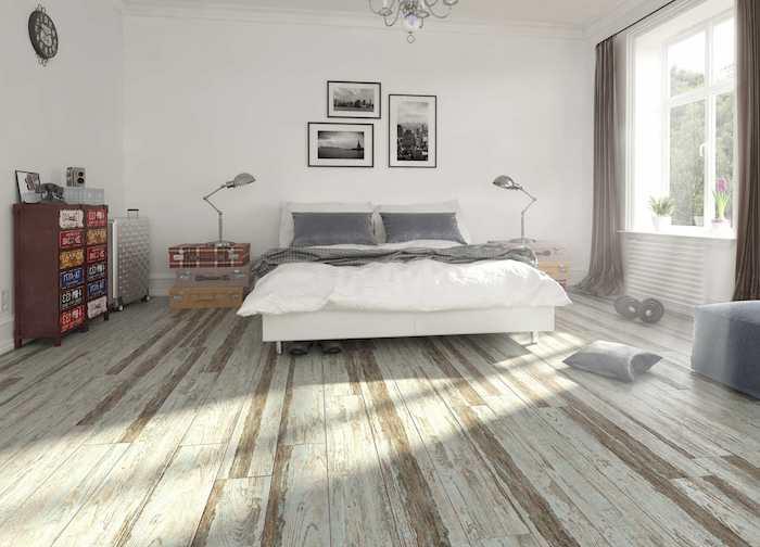 ein Schlafzimmer mit viel natürliches Licht drei Bilder zwei Stehlampe und seltsame Regale PVC Boden