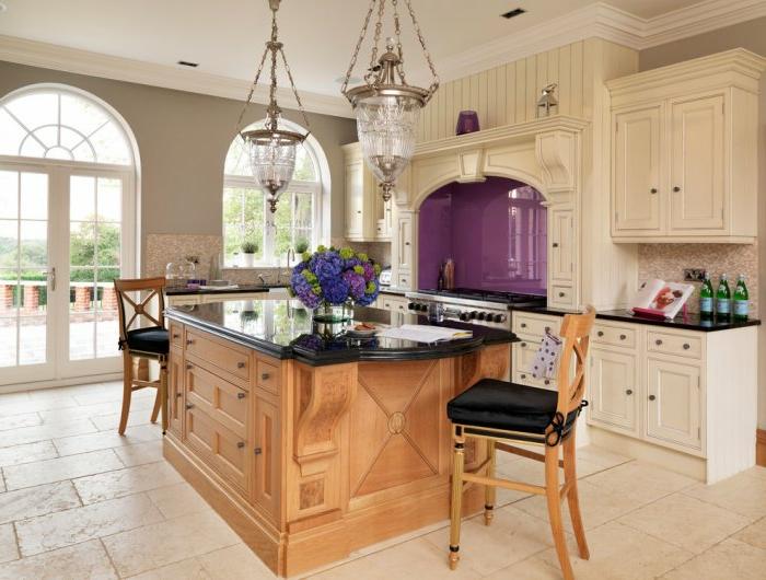 holz theke mit schwarzem marmor in der retro küche mit fliesen boden