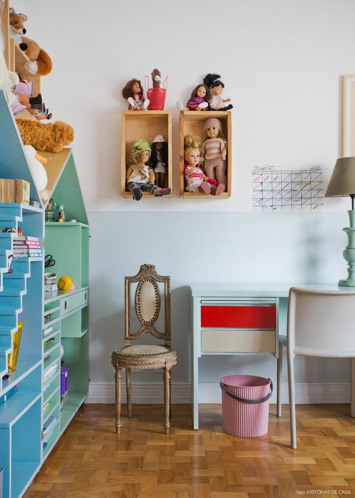 Vintage Kinderzimmer, Holzregale, Schreibtisch, viele Puppen und Plüschtiere, kleiner Retro Stuhl