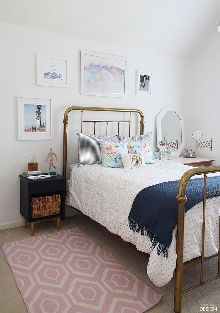 weißes Schlafzimmer im Vintage Stil, Bilder und Deko Kissen, Retro Nachttische